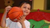 παιδί που ασκεί αθλήματα στον παιδικό σταθμό στον Πειραιά